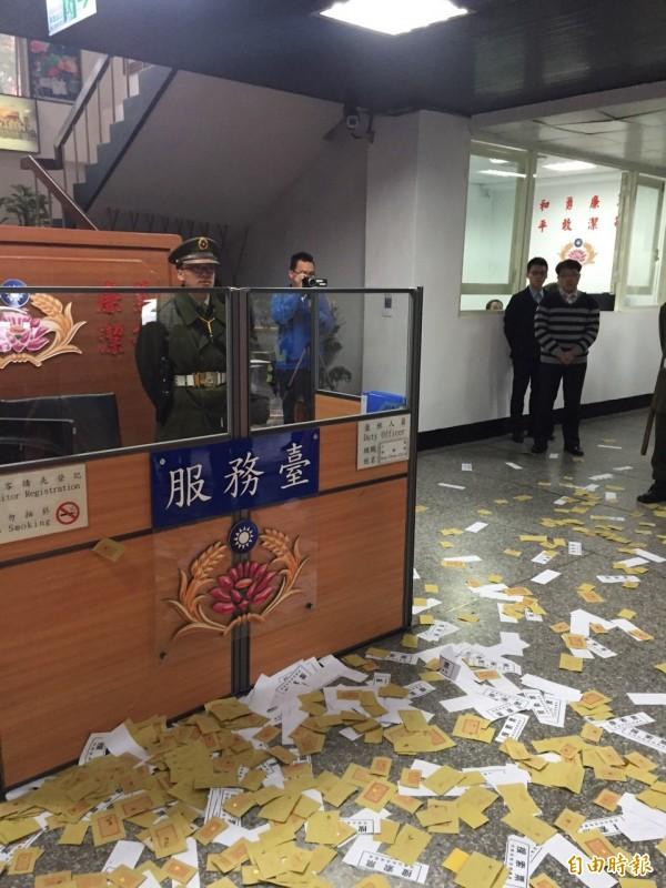 自由台灣黨與反課綱學生將冥紙與搜索票灑進憲兵隊。(記者蘇芳禾攝)