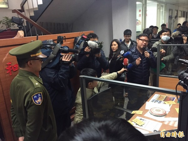 林于倫進入憲兵隊,在櫃台放置普洱茶餅、新聞稿。(記者蘇芳禾攝)