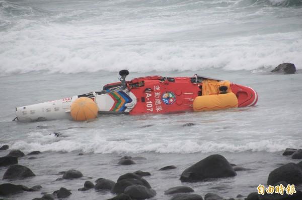 空勤總隊編號A-107直升機執勤時失事墜海。(記者吳政峰攝)