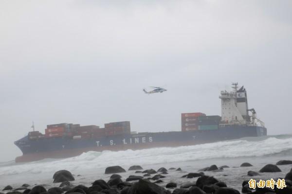 另架直升機依舊在拋錨貨輪「德翔台北」上執行勤務。執行勤務。(記者吳政峰攝)