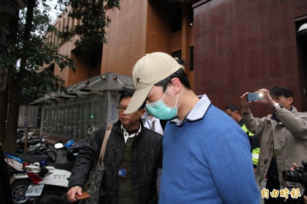 徐三泰交保獲釋後,不發一話離開法院。(記者謝君臨攝)