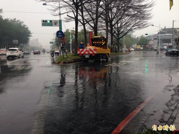 忠孝路右側慢車道恢復通行,多數騎士還是直行,不知道徒步區取消。(記者王善嬿攝)
