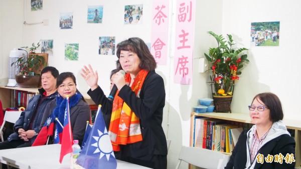 國民黨代理主席黃敏惠(右二)在同黨前立委羅淑蕾(右一)陪同下,前往拜會北市大直地區眷戶。(記者蔡亞樺攝)