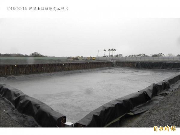 成功大學出示安南校區堆置中鋼轉爐石實驗場的混凝土隔離層完工照片。(圖:成大提供)