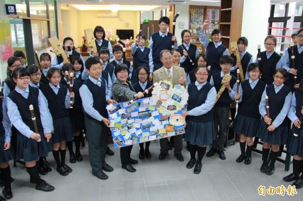 二林高中國中部直笛團拿下全國音樂比賽特優,學生今天自製卡片送給蘇麗敏(前排左2)(記者陳冠備攝)