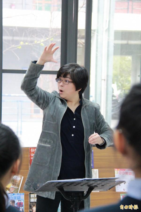 指導老師蘇麗敏繼承張以玲遺志,率領二林高中國中部奪得全國音樂比賽特優。(記者陳冠備攝)