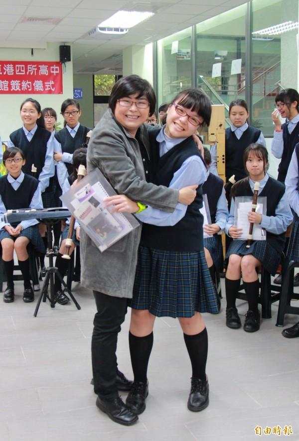 木笛團的學生們熱情的跟蘇麗敏擁抱致謝。(記者陳冠備攝)
