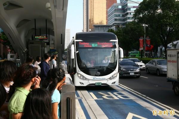台中快捷巴士公司虧損嚴重,市府交通局將進行清算解散作業的可行性評估。(記者黃鐘山攝)
