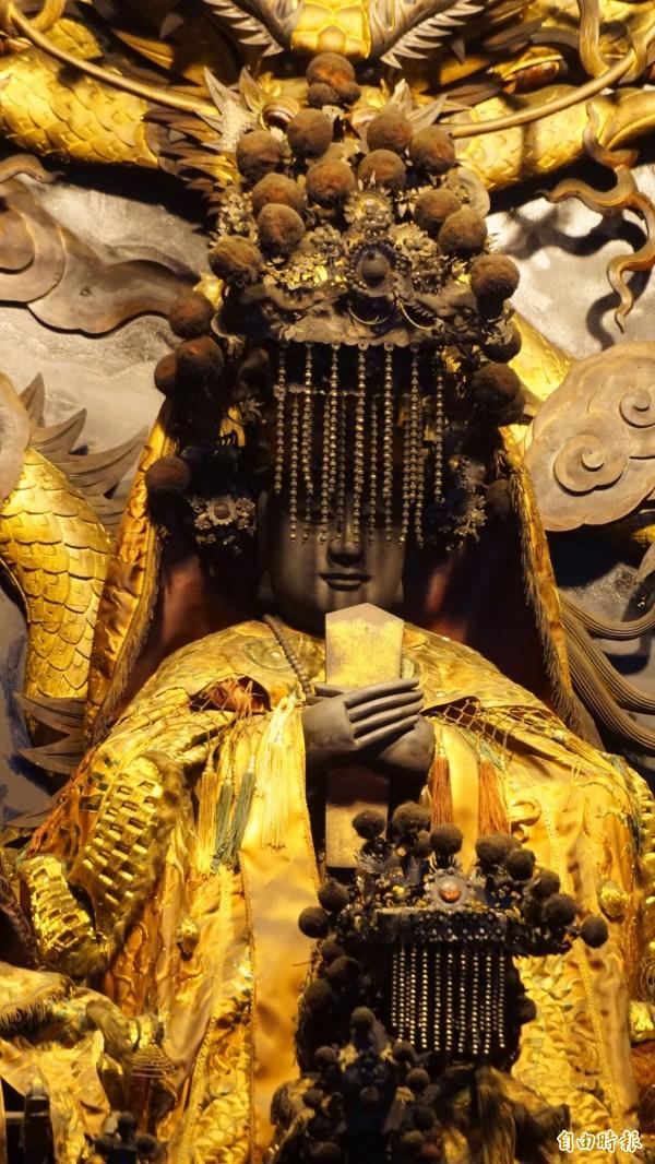 軟身媽祖神像形制古雅,手臂與足部可拆裝,四肢與關節處可機動靈活轉動。 (記者黃鐘山攝)