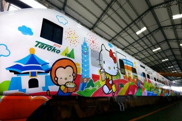 台鐵新太魯閣號Hello Kitty彩繪列車卡哇伊亮相,萌翻天的Kitty手拿珍奶,快活地逛台北市。(台鐵提供)