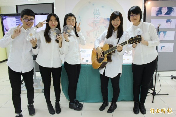 清純女大生李玖萱(右二)在4位同班同學的協助下,完成個人首張CD音樂創作,該張CD也是他們專題製作的得意作品。(記者張聰秋攝)