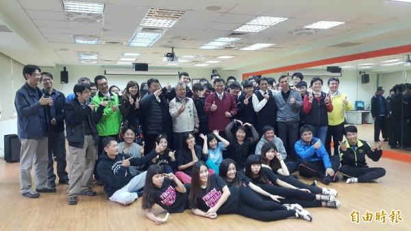 鶯歌工商舞蹈教室終於成立,讓師生們好開心。(記者張安蕎攝)