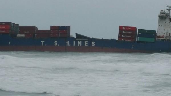船身已斷裂。(記者吳政峰翻攝)