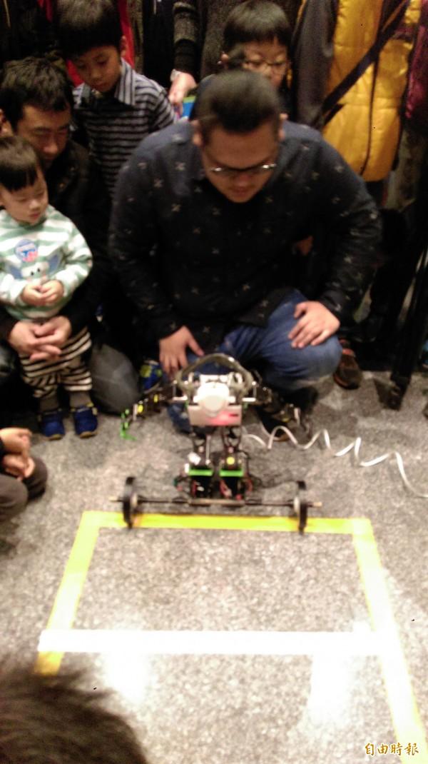 淡江大學智慧自動化與機器人中心展出最新的「TKU第十代小型人型機器人」,近60公分高的機器人,是國內首屈一指的全自主式機器人。(記者何玉華攝)