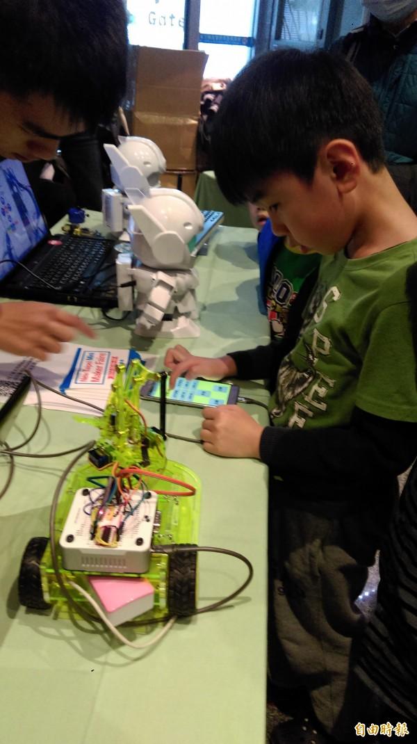 職訓中心打破一般機器人展覽「只能看不能摸」禁令,首度提供零距離接觸的機會。(記者何玉華攝)