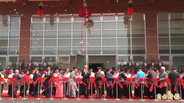 華藏衛視中華傳統文化教育中心開幕,副總統吳敦義等人出席剪綵。(記者羅欣貞攝)