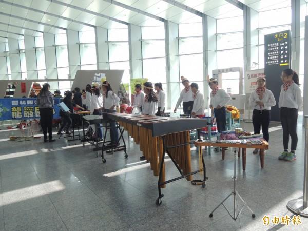 褒忠龍巖國小打擊樂團的低音木琴是別人捐贈的愛心琴。(記者廖淑玲攝)