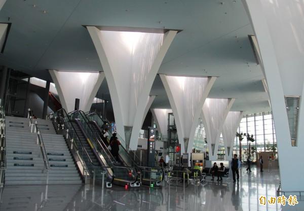 彰化高鐵站前往月台扶梯處,透過光柱變化,猶如星光大道。(記者陳冠備攝)