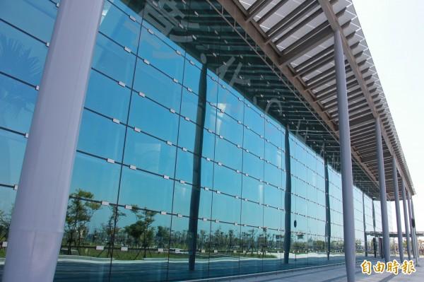 高鐵彰化站玻璃帷幕不僅映入周圍綠意及天空變化,上方有彰化站浮水印也會在陽光照射下,投射在大廳地板。(記者陳冠備攝)