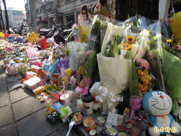 民眾在西湖國小外案發現場獻花、禮物哀悼。(記者梁珮綺攝)