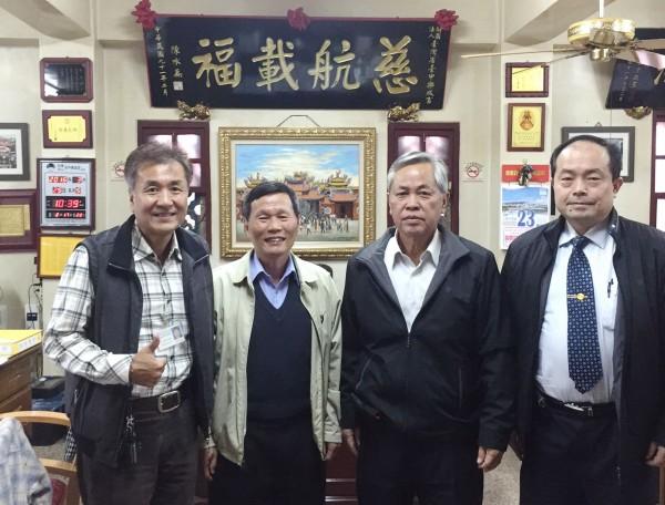 台電台中區處副處長林謄安(右二)感謝樂成宮董事長郭松益(左二)對綠電的支持及響應。。(台電台中區處提供)