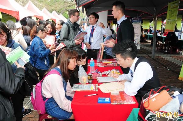靜宜大學舉辦校園徵才博覽會。(記者張軒哲攝)