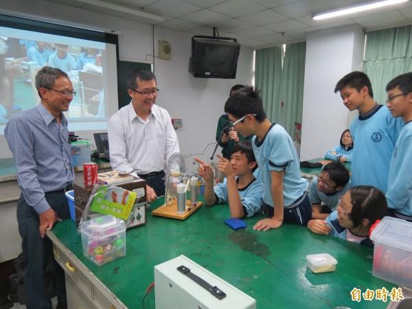 退休教師揪團fun魔法,到學校教學生看見科學趣味。(記者蘇孟娟攝)