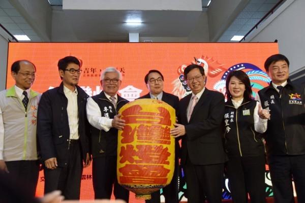 雲林縣長李進勇(左3)從桃園市長鄭文燦(右3)手中接過象徵台灣燈會的燈籠。(雲林縣府提供)