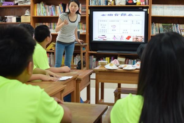 透過專業詳細解說,孩子們更瞭解健康飲食、衛生健康等正確觀念。(記者林孟婷翻攝)