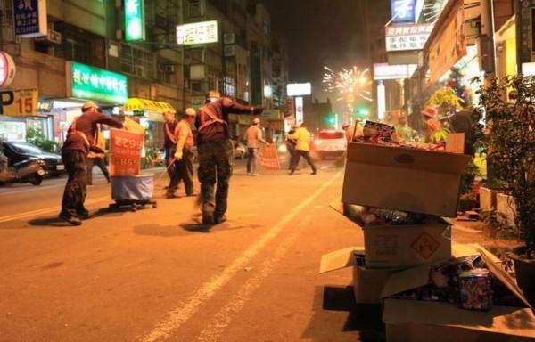南瑤宮媽祖回鑾行經彰化市區,留下滿地鞭炮屑,市公所清潔隊員沿途收垃圾。(記者湯世名攝)
