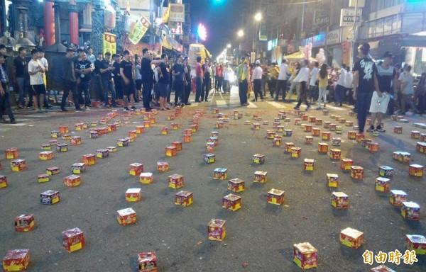 南瑤宮媽祖回鑾行經彰化市區,信眾以鞭炮煙火熱情歡迎。(記者湯世名攝)