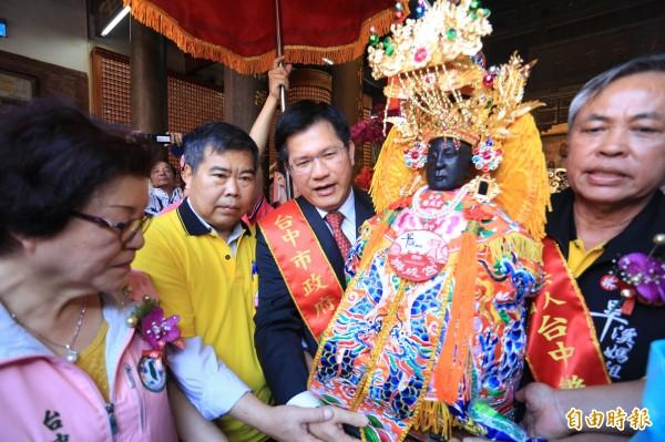 台中市長林佳龍(圖後)主持媽祖起駕典禮。(記者張瑞楨攝)