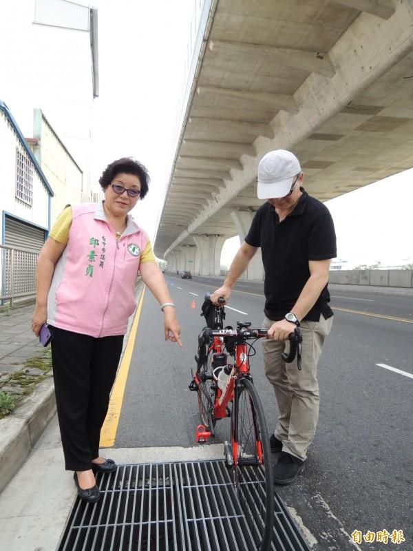市議員邱素貞(左)要求市府改善水溝蓋縫隙太寬的問題。(記者蘇金鳳攝)