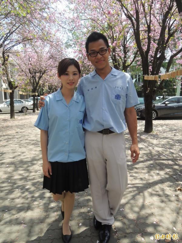 全國最年輕的雲林縣東勢鄉東南村村長丁乃非,和同是虎高畢業的準夫婿賴威誌穿著高中制服回到母校拍結婚照。(記者廖淑玲攝)