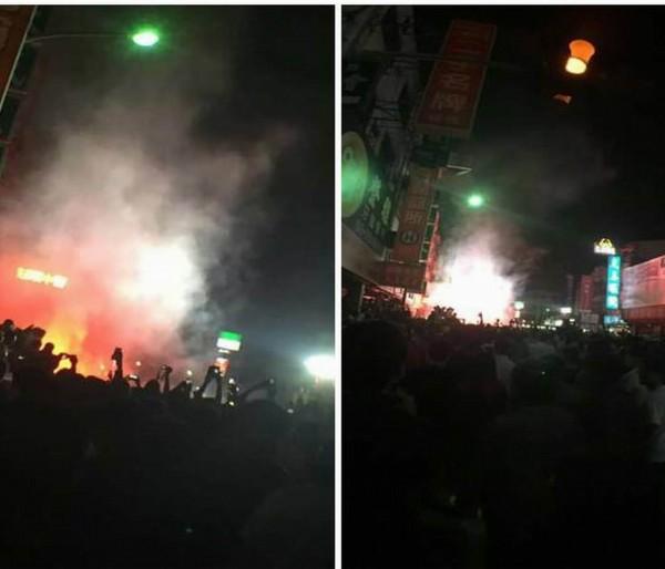 大甲媽祖鑾轎今天凌晨行經彰化市三民路時突然有人點燃信號彈丟擲,現場火光四射。(翻攝自爆料公社)