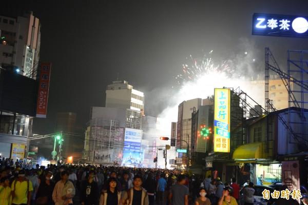 大甲媽祖鑾轎今天凌晨行經彰化市三民路,現場煙火四射相當熱鬧。(記者湯世名攝)