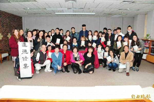 鄭麗珠(第二排中)返靜宜大學發表新書。(記者張軒哲攝)