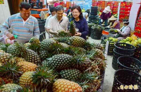 關廟區長王素珠(右)視察農民的供銷狀況,作為籌辦產業文化活動的參考。(記者吳俊鋒攝)