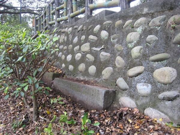 三峽「中山公園表忠碑」被打碎,成為擋土牆基座,是文資一大憾事。(陳仲宇提供)