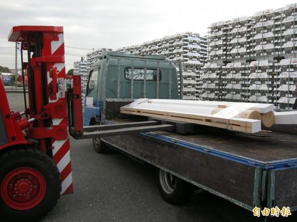 日本捐贈高士神社大鳥居,零件十一日自橫濱港裝前往台灣,預定五月七日豎立在神社入口處。(駐日特派員張茂森攝)