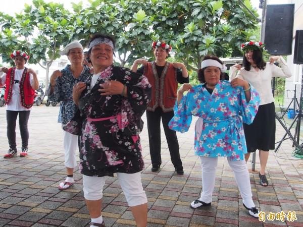 康樂社區的長輩也到場表演日本舞蹈,為活動增加熱鬧氣氛。(記者王秀亭攝)