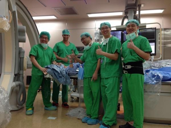 高齡101歲的人瑞盧先生,接受經導管人工主動脈瓣膜植入術成功救命。(台大醫院提供)