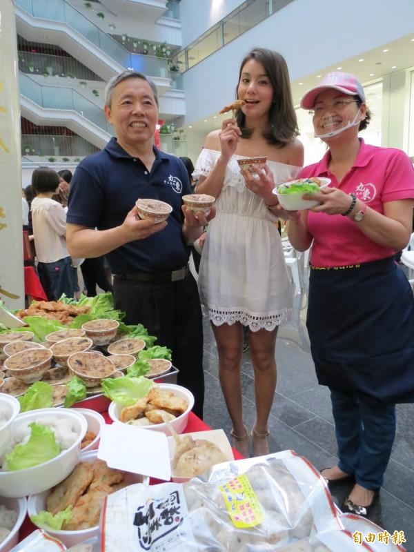 第五市場丸東商號端出碗粿、甜不辣,請莎莎品嚐。(記者張菁雅攝)