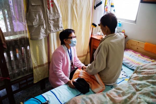 「他們不能來,我們就到他家裡去。」台東聖母醫院社區健康組護理師到病患家中協助居家護理。(圖由台東聖母醫院提供)