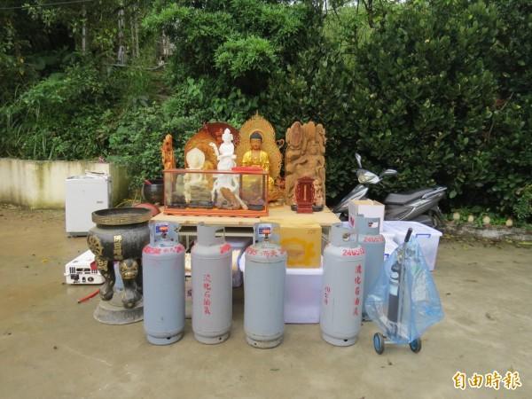 市府拆除人員協助將精舍內佛像搬出,避免受到損壞。(記者俞肇福攝)
