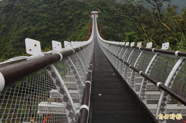 山川琉璃吊橋週六重新開放,橋身的百步蛇意象上可以看見新增設的琉璃珠。(記者邱芷柔攝)