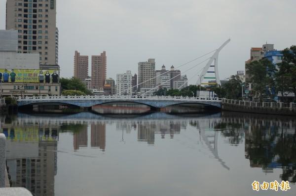 臨安橋距水面過低,是運河行船最大考驗(記者黃文鍠攝)
