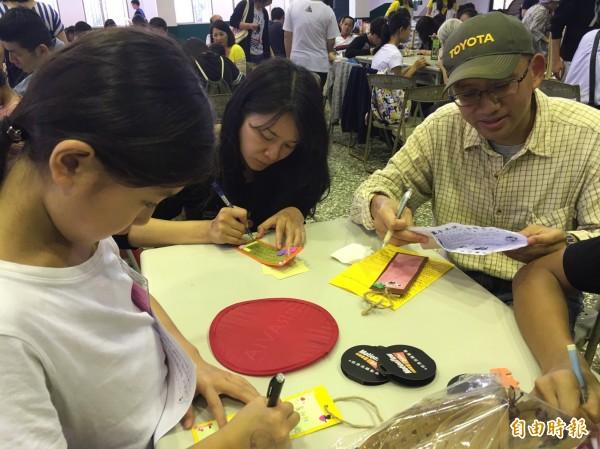 新竹家扶中心的認養家庭和受認養孩子彼此互寫卡片祝福。(記者黃美珠攝)