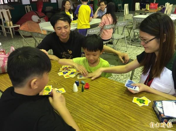 新竹家扶中心的熱心認養家庭今天像一般親子互動一樣,陪受認養孩子出遊、逛街、玩撲克牌,讓這些家庭失衡的孩子也能感受家的溫暖。(記者黃美珠攝)