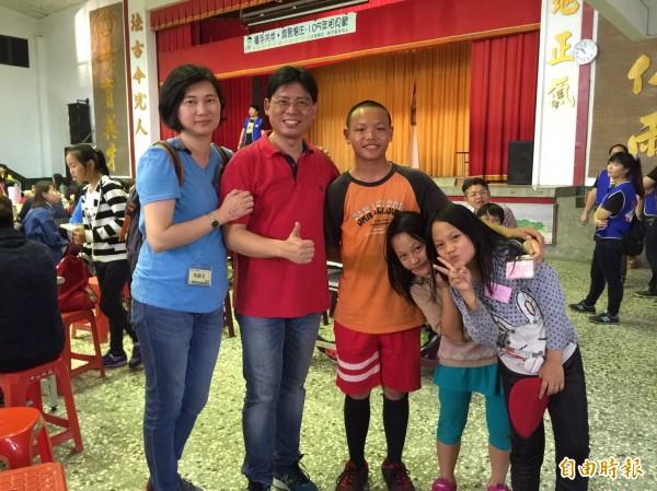新竹家扶中心認養人錢一鳴(左2)愛屋及烏,連認養孩子的妹妹們也邀請,今天一起出遊參加活動。(記者黃美珠攝)